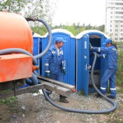Фото 1. Обслуживание мобильных туалетов